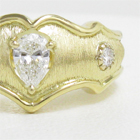 ペアシェイプダイヤと艶消しイエローゴールドのオーダーメイド指輪