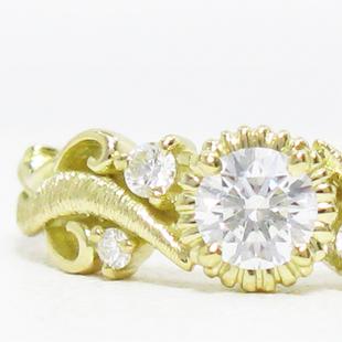 蔦模様メレダイヤ入りアームの華やかなリング枠のイメージ