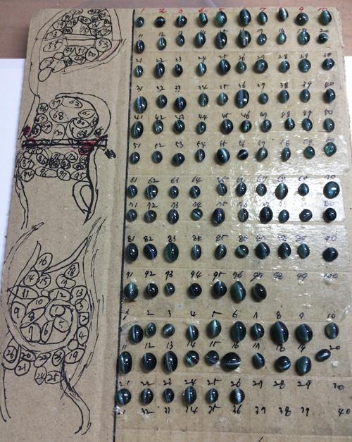 アレキサンドライトバングルの制作過程。石と座の組み合わせに付番する